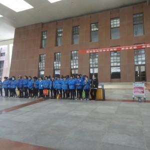 20130518_Lhasa_Ankunft_Tibetbahn_Spalierstehendes_Personal