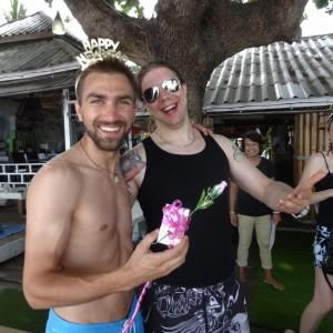 Versproche ist versprochen: Geburtstagsgeschenk mit Schleife und Plastikrose