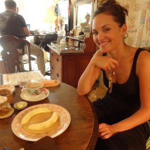 Organischer Pancake mit Banane und Honig
