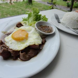 Traditionell Khmer: Lok Lak (Rindfleisch, Ei, Zwiebeln und eine unbeschreibliche und sehr scharfe Sauce)